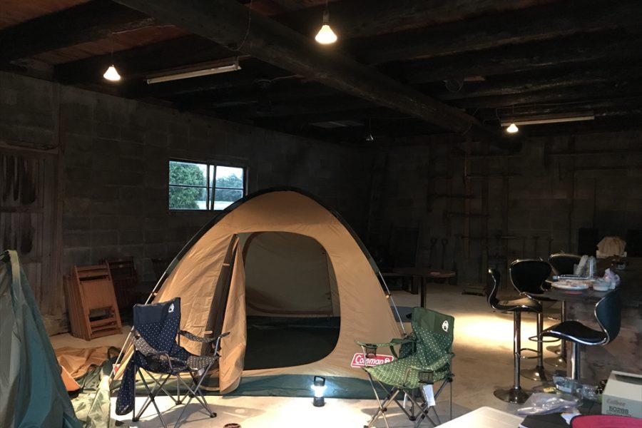 雨の日は納屋の中でテントもOKです