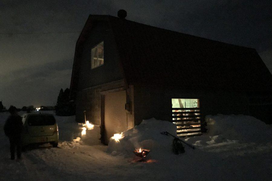 夜は納屋の中で宴会