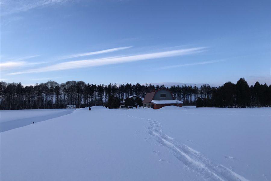 雪原(畑)から納屋を見る